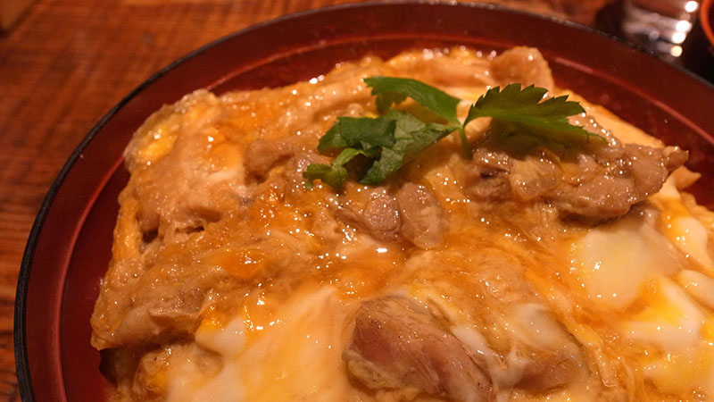 一度炙った鶏肉の旨味が口の中に広がって美味い!炙屋十兵衛の「究極の親子丼」を食べてきた
