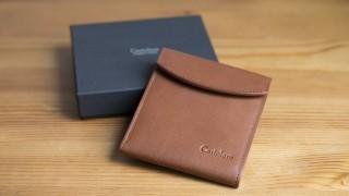 薄くてシンプル、そして使いやすい二つ折り財布「カルトラーレ フラットウォレット」