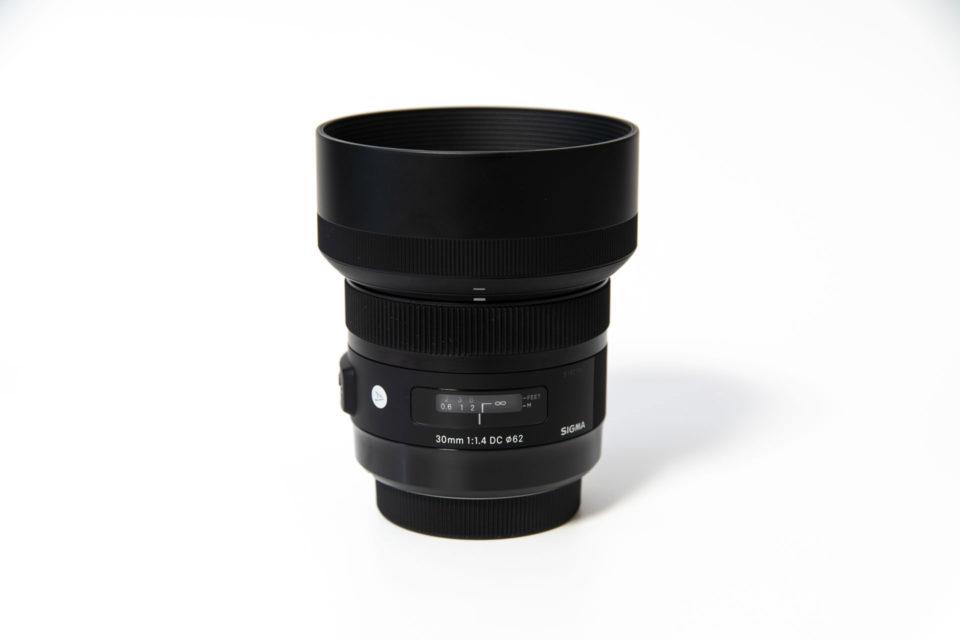 SIGMA 30mm F1.4 DC HSM Art レンズフード装着時