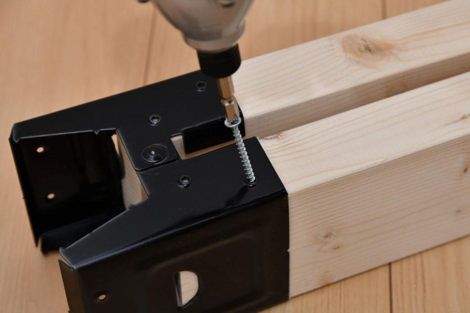 ソーホースブラケットと2×4材をビスで固定