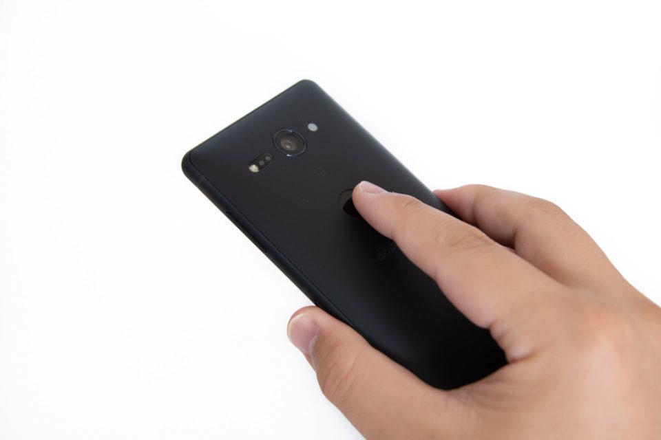 Xperia XZ2 Compact SO-05Kの背面に移動した指紋センサー