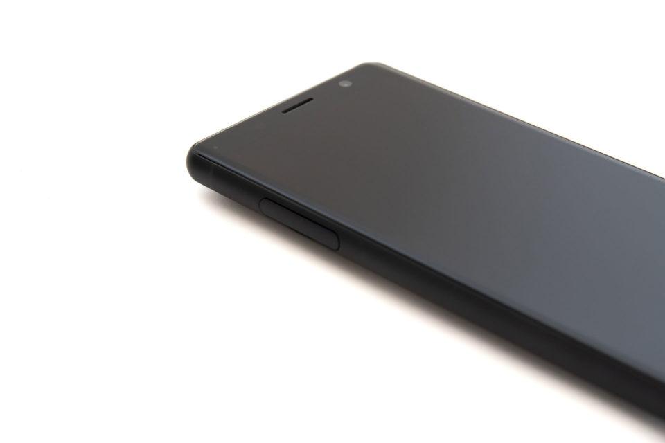 Xperia XZ2 Compact SO-05Kは全体的に丸みのあるデザイン