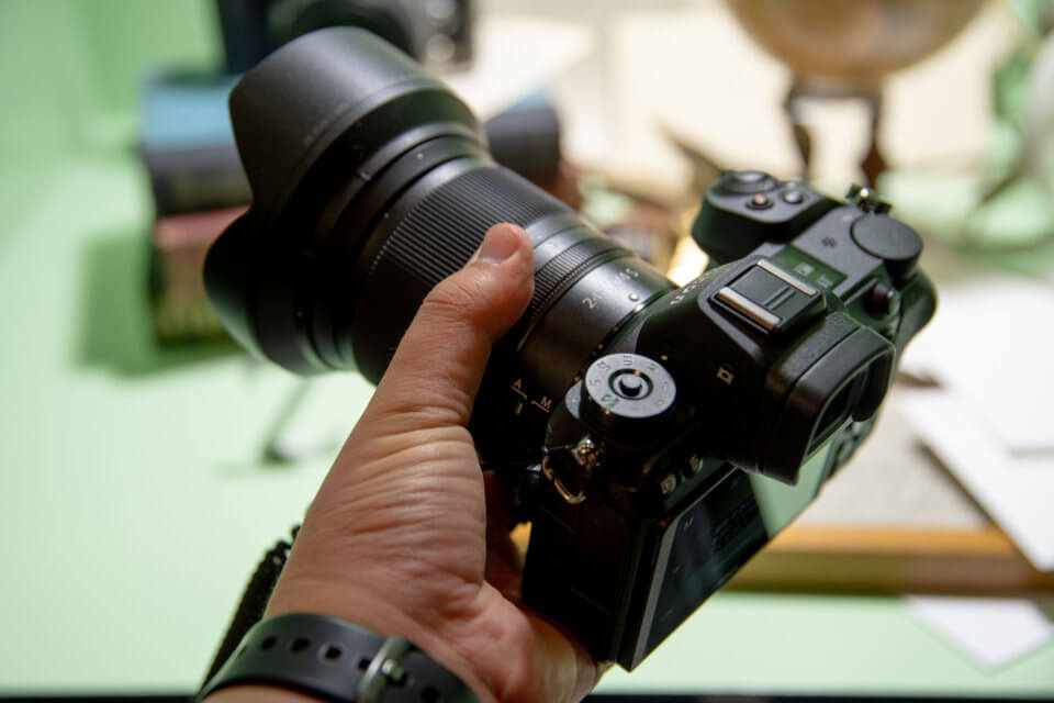 Nikon Z7を手に持ったところ