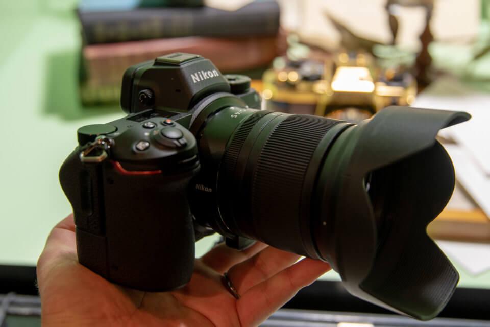 Nikon Z7は手のひらに乗るフルサイズミラーレスカメラ