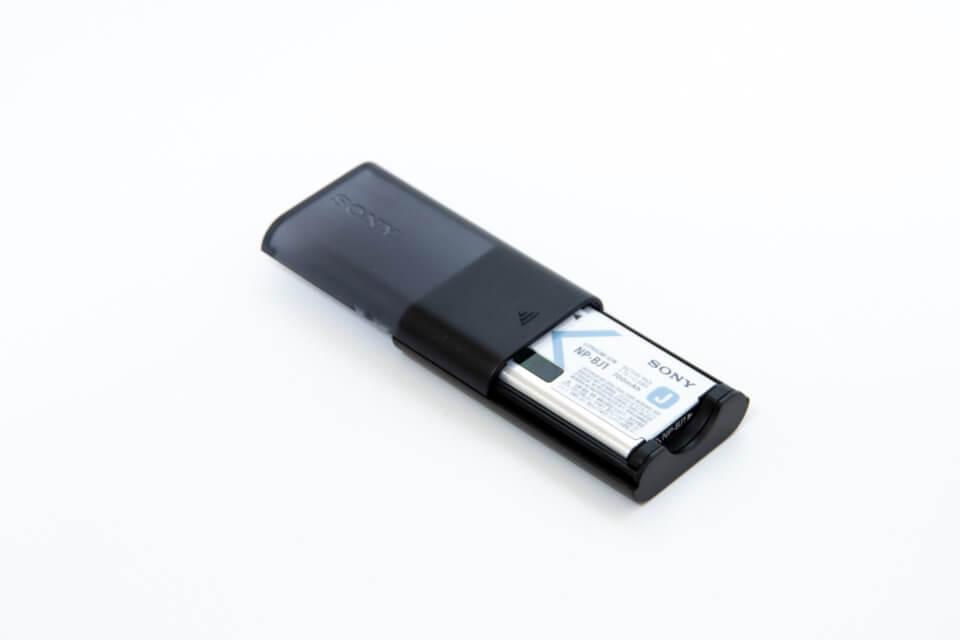 SONY RX0 アクセサリーキットのチャージャーにバッテリーをセット