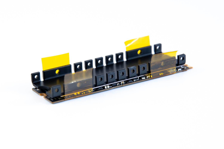 耐熱絶縁テープをM.2 SSDとヒートシンクを加圧しながら貼る