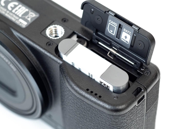 GR III GR3 外観レビュー バッテリーを挿入