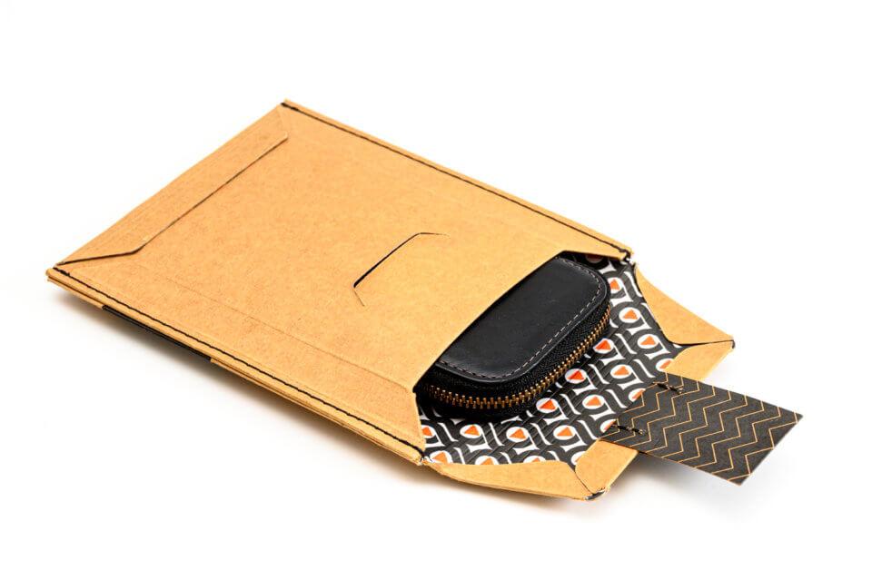 Bellroy(ベルロイ) Card Pocket を箱から取り出しているところ