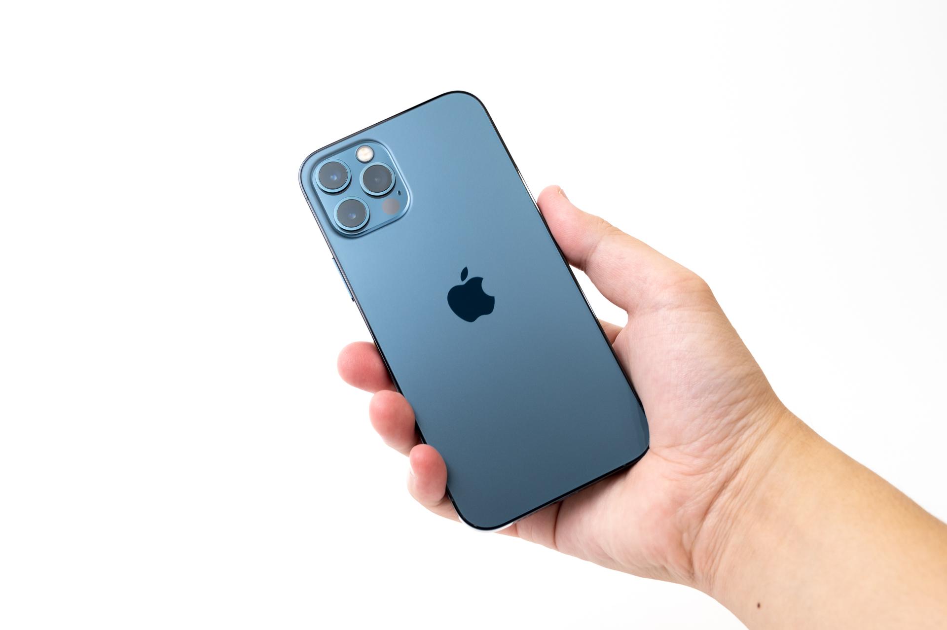 iPhone 12 Pro パシフィックブルー を手に持ったサイズ感